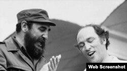 Pierre Elliott Trudeau sonríe junto a Fidel Castro durante su visita a La Habana, en 1976.