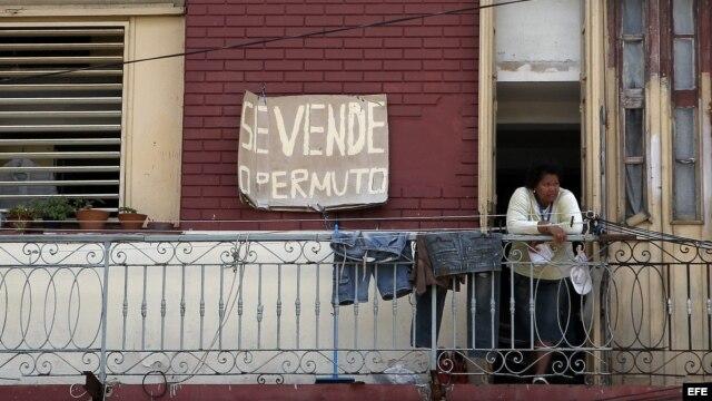 Un hombre camina junto a una casa que se encuentra a la venta hoy, lunes 12 de noviembre de 2012, en La Habana (Cuba). Un año después de que el Gobierno legalizara la compraventa de casas entre particulares, ha surgido en Cuba un nuevo y particular merca