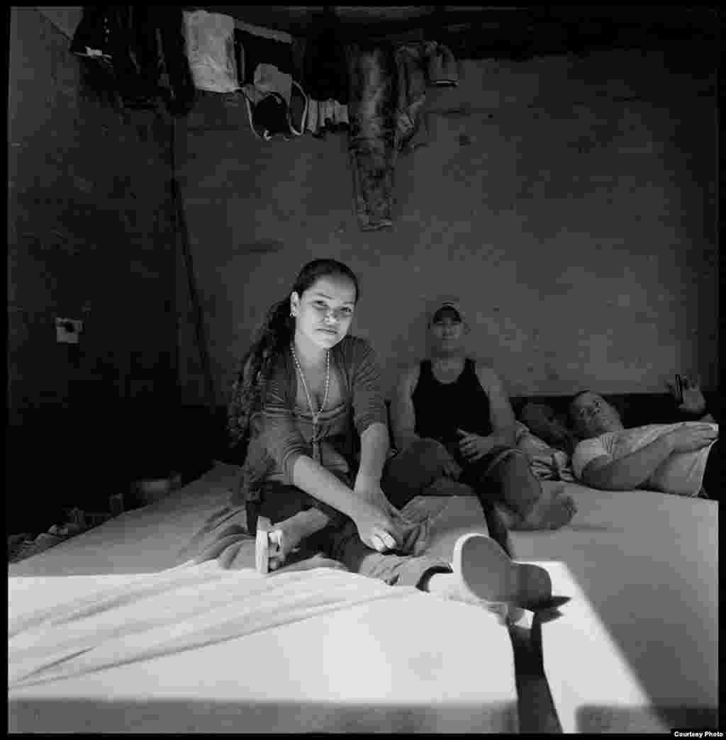 Migrantes cubanos, captados por la cámara del artista Geandy Pavón en los campamentos para migrantes en Costa Rica.