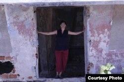 Coco Fusco en un viaje a Cuba. Foto: Cortesía.