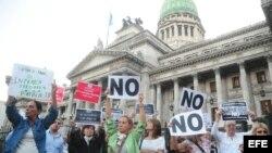 Familiares de las víctimas del atentado en 1994 contra la mutualista judía AMIA frente al Parlamento argentino, en Buenos Aires.