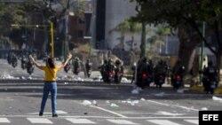 Manifestantes opositores se enfrentan este sábado a la Guardia Nacional Bolivariana.