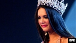 Monica Spear saluda después de ser coronada Miss Venezuela, en septiembre del 2014. EFE