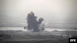 Fotografía que muestra una columna de humo causada por los enfrentamientos que tienen lugar entre la armada siria del presidente Bachar Al Assad y la armada de la oposición, cerca del pueblo sirio de Al-Rafide,