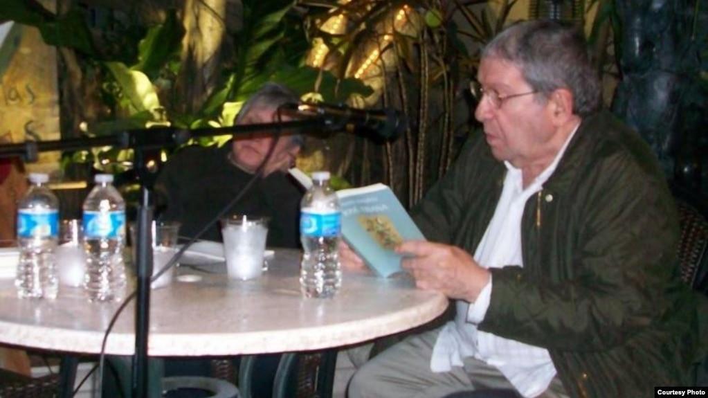 """José """"Pepe"""" Triana, dramaturgo cubano fallecido a los 81 años de edad en París, el domingo 4 de marzo de 2018, lee poesía en Miami.(Foto Archivo, Cortesía J. Gálvez)"""