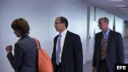 El vicedirector del FBI, Sean Joyce (c), ingresa a una reunión a puerta cerrada del comité de Inteligencia del Senado para responder a las preguntas de los legisladores sobre las investigaciones del FBI con los sospechosos de ataque bomba en la maratón d