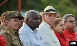 Raúl Castro, el presidente del Parlamento Esteban Lazo y el vicepresidente Miguel Diaz-Canel (C).