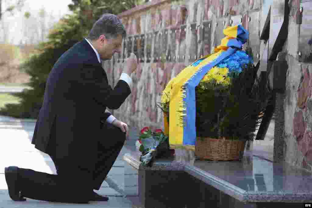 El presidente Poroshenko rinde homenaje en el 29 aniversario de la tragedia de Chernobil.