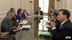 El mandatario colombiano, Juan Manuel Santos (c), se reúne con el jefe del equipo negociador del Gobierno, Humberto de la Calle (c-i) y con el Alto Comisionado para la Paz, Sergio Jaramillo (c-d), entre otras autoridades.