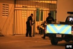 Agentes de policía de la Comisaría de Macuarima en Santa Cruz (Aruba) el viernes 25 de julio de 2014, donde esta detenido bajo estrictas medidas de seguridad Hugo Carvajal Barrios