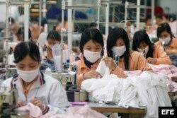 Decenas de mujeres trabajan en una fábrica textil en Hanoi (Vietnam).