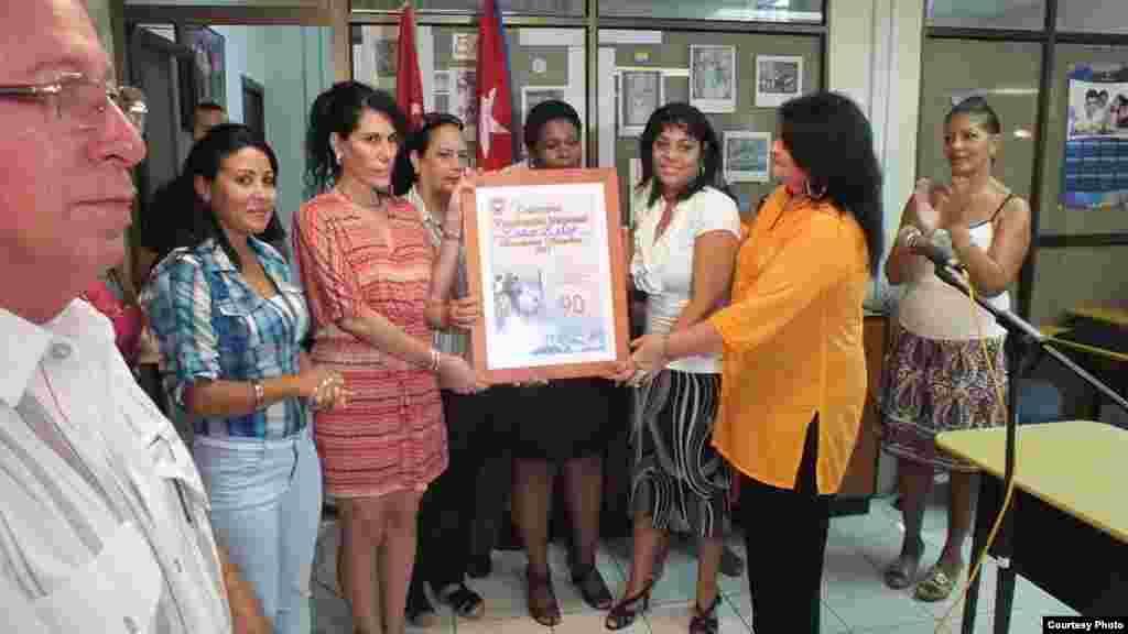 Diploma de Vanguardia Nacional a Radio Reloj con foto de Fidel Castro