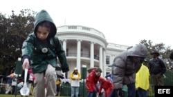Varios niños hacen rodar sus huevos de pascua en el ala sur de la Casa Blanca en Washington DC.