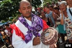 """Integrantes del grupo folclórico """"Obbá Niqué"""" actúan durante la celebración de La Rumba más Larga, en la provincia de Matanzas."""