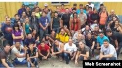 Grupo de 54 cubanos indocumentados detenidos en Honduras.