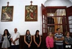 Decenas de personas asisten a una misa celebrada en la Catedral de Holguín.