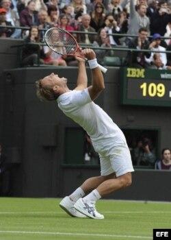 El tenista belga Steve Darcis celebra su victoria contra el español Rafael Nadal.