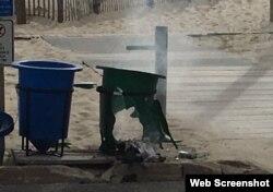 El tacho de basura quedó destruido por la bomba artesanal.