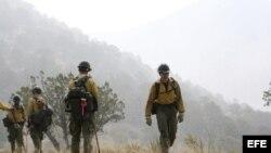 """Imagen cedida por el Servicio Forestal de los Estados Unidos hoy, lunes 1 de julio de 2013, que muestra a miembros del retén """"Granite Mountain Hotshots"""" durante una operación realizada en Mogollón (Nuevo México), Estados Unidos, el pasado 2 de junio de 20"""