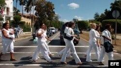 Damas de Blanco desfilan por la Quinta Avenida