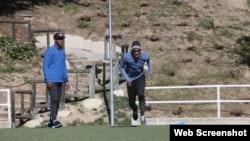 El vallista Orlando Ortega (d) entrena con su padre del mismo nombre (i).