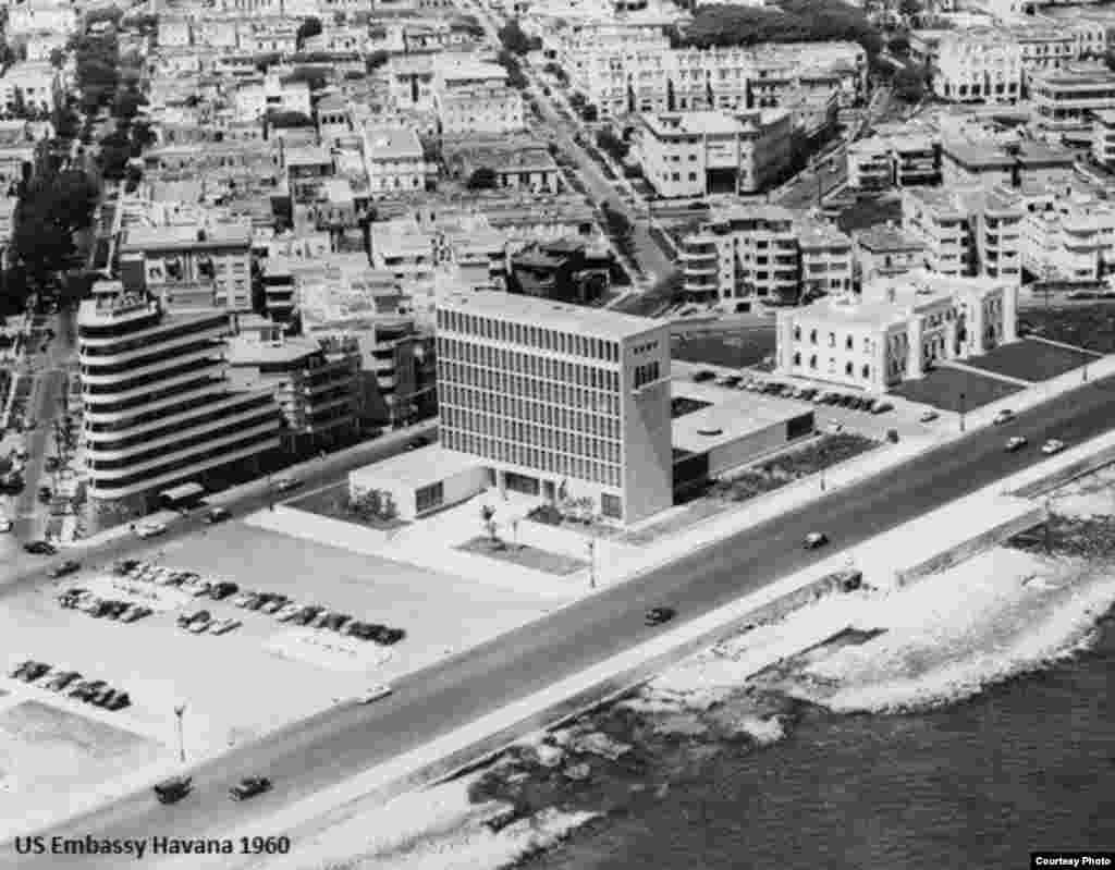Vista aérea de la embajada y el Malecón en 1960.