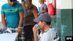 Los cubanos indocumentados varados en la frontera de Panamá con Costa Rica reciben hoy, 6 de enero de 2016, revisión médica y vacunación, luego que uno de los isleños falleciera ayer debido a la gripe AH1N1, en Progreso (Panamá).