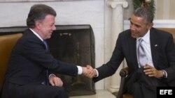 El presidente de EE.UU., Barack Obama (d), estrecha la mano al presidente de Colombia, Juan Manuel Santos (i), durante su encuentro en el Despacho Oval de la Casa Blanca, en Washington (Estados Unidos).