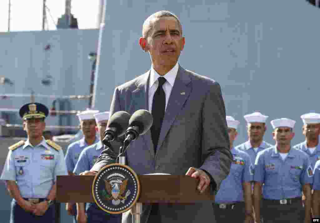 Presidente Barack Obama ofrece una rueda de prensa en una base naval en Manila, adonde anuncio la entrega a Filipinas de otros dos barcos de guerra a su llegada Manila para la cumbre del Foro de Cooperación Económica Asia-Pacífico.