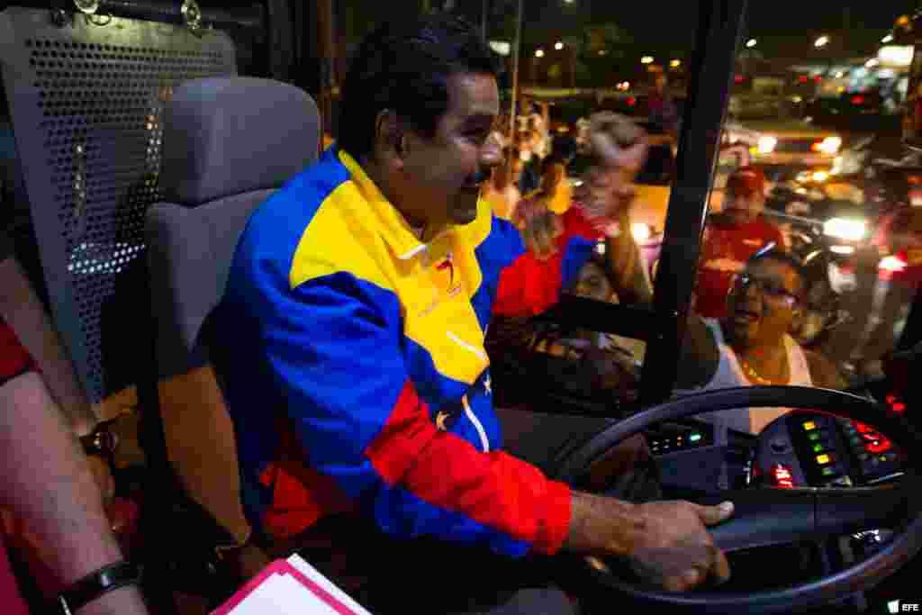 El presidente encargado de Venezuela y candidato a la presidencia del país, Nicolás Maduro,maneja un bus durante un un acto de su campaña en Puerto Ordaz (Venezuela) hoy, sábado 6 de abril del 2013. Maduro anunció hoy que un grupo de mercenarios pagados p