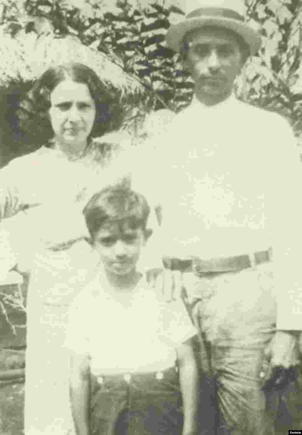 Agustín Román posa con la madre, Juana M. Rodríguez y el padre Rosendo Román en Cuba.