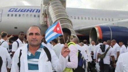 Médicos cubanos se despiden antes de viajar a África Occidental, un viaje que para algunos podría ser sin regreso.