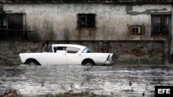 Imagen de un auto inundado en La Habana