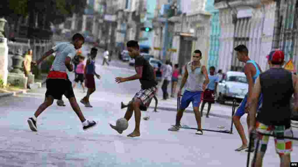 El poco tráfico de la calle Prado es aprovechado por los fanáticos del fútbol para colar un gol en las improvisadas porterías.