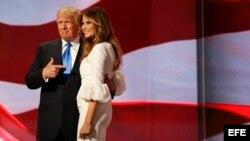 El precandidato presidencial republicano Donald Trump junto a su esposa Melania hoy, 18 de julio de 2016, en la apertura de la segunda sesión del primer día de la Convención Republicana en el Centro Nacional Republicano Quicken Loans Arena de Cleveland, O