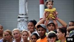 ARCHIVO. Un grupo de personas participa en la procesión de la Virgen de la Caridad del Cobre, patrona de Cuba.