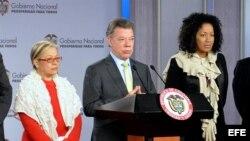 El presidente Juan Manuel Santos (c), anuncia la incorporación al equipo del Gobierno colombiano que negocia en Cuba un acuerdo de paz con la guerrilla de las FARC, de las abogadas María Paulina Riveros (i) y Nigeria Rentería Lozano (d).