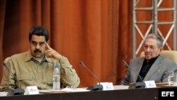 Raúl Castro (d), y de Venezuela, Nicolás Maduro (i) el 14 de diciembre del 2016 en el Palacio de Convenciones de La Habana (Cuba).