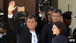Rafael Correa (i), y el ministro de Relaciones Exteriores, Elías Jaua, asisten al funeral de Estado del presidente venezolano, Hugo Chávez.