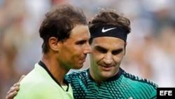 Nadal felicita a Federer por su victoria.