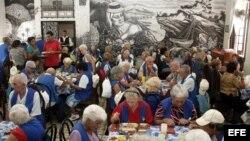 Fotografía de Archivo. Un grupo de ancianos cubanos-canarios en la Sociedad Canaria de Cuba Leonor Pérez en La Habana (Cuba).