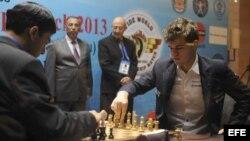 El campeón indio Viswanathan Anand (i) contesta el movimiento del aspirante al título mundial, el noruego Magnus Carlsen (d).