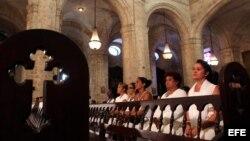 Damas de Blanco en la Iglesia/ Foto de archivo
