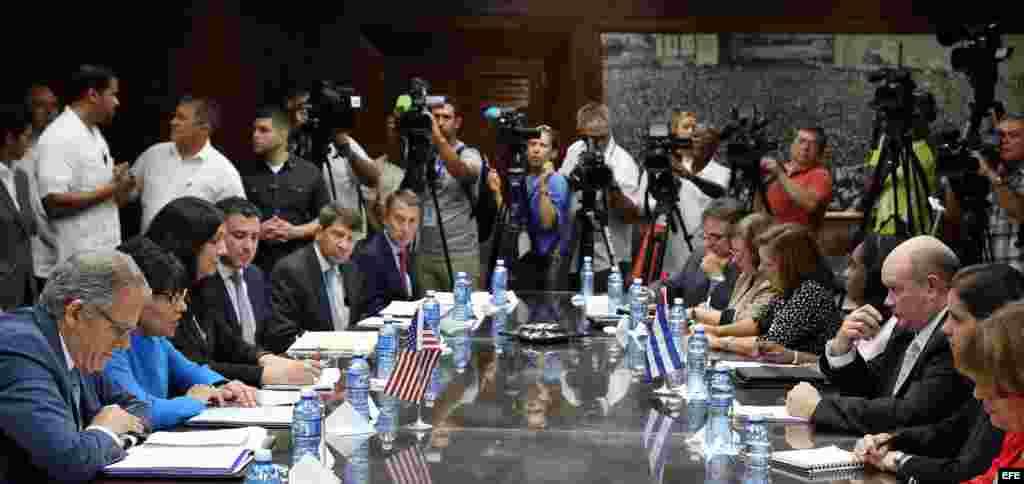 La secretaria de Comercio de EE.UU, Penny Pritzker (2d), se reúne con el ministro cubano de Comercio Exterior, Rodrigo Malmierca (2i), hoy, miércoles 7 de octubre de 2015, en La Habana (Cuba). Pritzker se reunirá con autoridades cubanas como el vicepresi