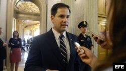 El senador republicano de Florida Marco Rubio (c) habla a la prensa.