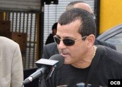 El entrenador de boxeo Franco González participa en un programa de Radio Martí.