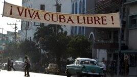 Decenas de carteles alusivos a un nuevo aniversario de la Revolución Cubana han sido colocados en las calle de La Habana, Cuba.