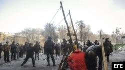 Un manifestante lanza un proyectil improvisado durante otra jornada de protestas en Kiev (Ucrania).