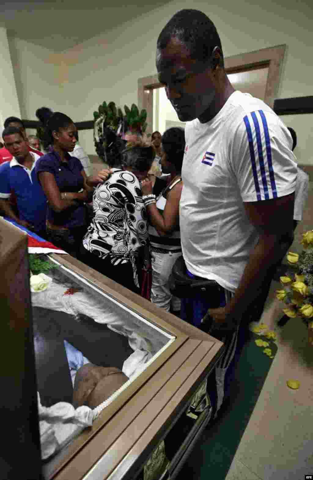 El boxeador Félix Savón (d) asiste al velorio del exboxeador cubano Teófilo Stevenson hoy, lunes 11 de junio de 2012, en La Habana (Cuba). Stevenson, tres veces campeón mundial y olímpico, falleció en la capital cubana por una cardiopatía isquémica a la e