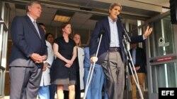 Kerry al salir del hospital en Boston.